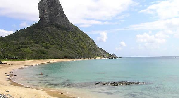 Praia da Conceição (Italcable), y el Morro do Pico, Fernando de Noronha, Brasil. Author and Copyright: Marco Ramerini