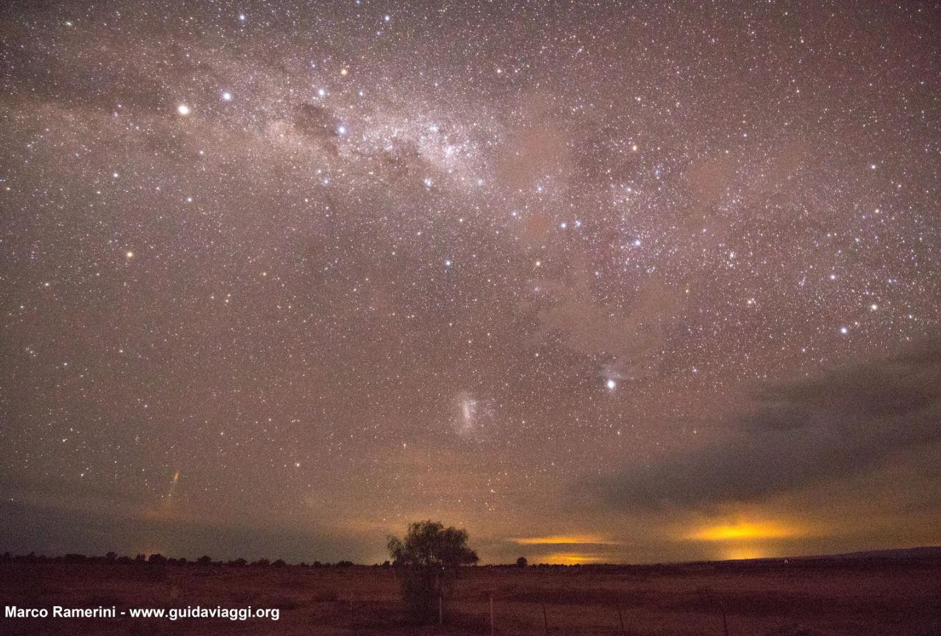 La Vía Láctea, poco después del atardecer, con la Cruz del Sur, Eta Carinae y la Gran Nube de Magallanes. Desierto de Atacama, Chile. Autor y Copyright Marco Ramerini.