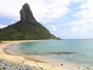 Praia da Conceição (Italcable), y el Morro do Pico, Fernando de Noronha, Brasil. Author and Copyright: Marco Ramerini