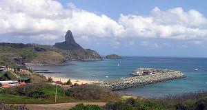 Baía de Santo Antônio con el puerto y la Praia do Porto, Fernando de Noronha, Brasil. Author and Copyright: Marco Ramerini