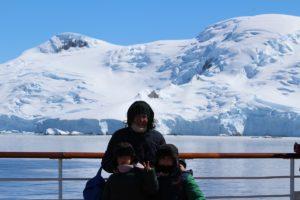 Andrea y Mattia con mamá Laura en la Antártida. Autor y Copyright Marco Ramerini