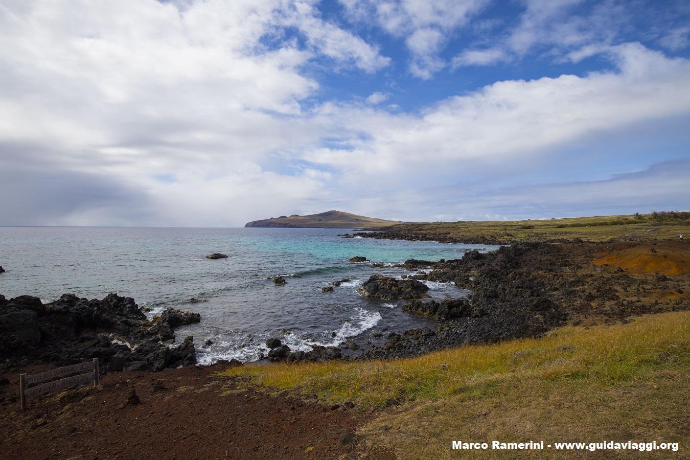 La costa norte de la isla vista desde Ovahe, Isla de Pascua, Chile. Autor y Copyright Marco Ramerini