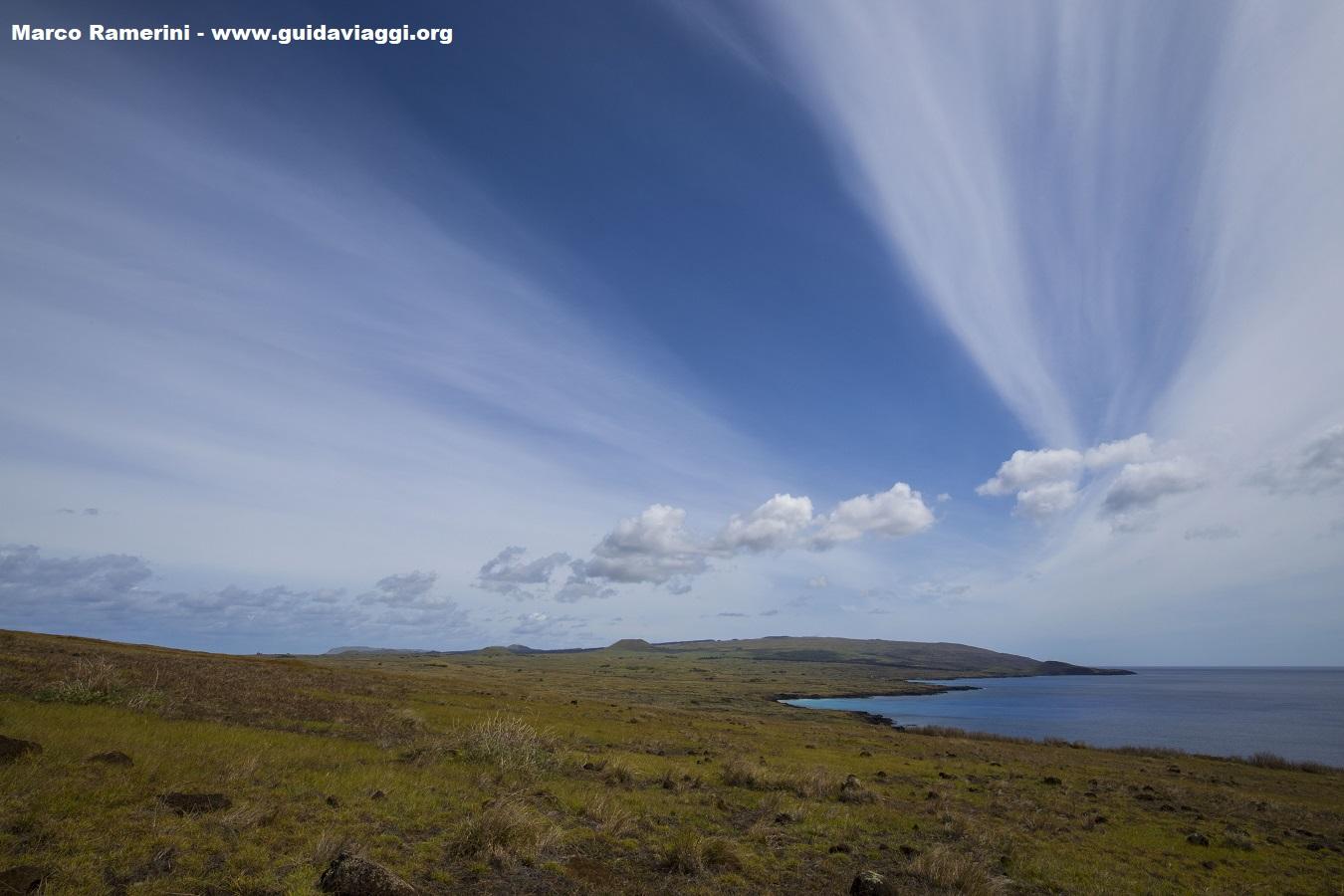 Panorama a través de la isla desde el volcán Poike, Isla de Pascua, Chile. Autor y Copyright Marco Ramerini