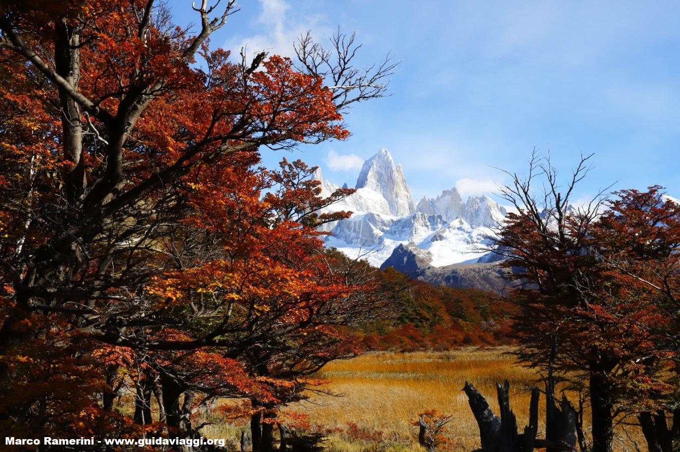 Los colores del otoño en la Patagonia: Monte Fitz Roy, Parque Nacional Los Glaciares, Argentina. Autor y Copyright Marco Ramerini