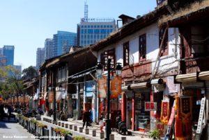 Los rincones del antiguo Kunming coexisten con los barrios modernos., Kunming, Yunnan, China. Autor y Copyright Marco Ramerini