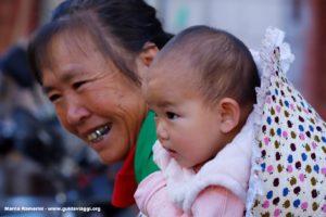 Mujer con niño, Shengcun, Yuanyang, Yunnan, China. Autor y Copyright Marco Ramerini...