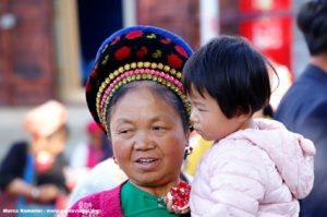Mujer con niño, Zhoucheng, Yunnan, China. Autor y Copyright Marco Ramerini
