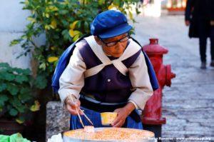 Mujer en traje tradicional, Lijiang, Yunnan, China. Autor y Copyright Marco Ramerini