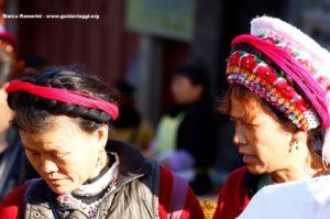 Mujeres en el mercado de Zhoucheng, Yunnan, China. Autor y Copyright Marco Ramerini,.,