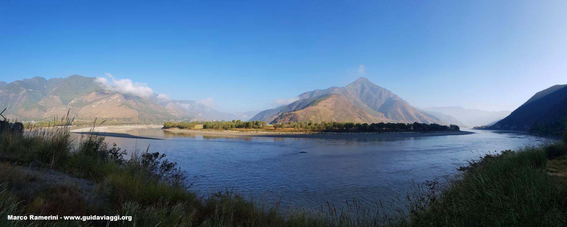 La curva del Yangtze (Río azul), Shigu, Yunnan, China. Autor y Copyright Marco Ramerini