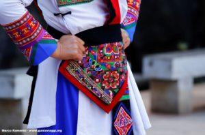 Detalle de un vestido, Shilin, Yunnan, China. Autor y Copyright Marco Ramerini...