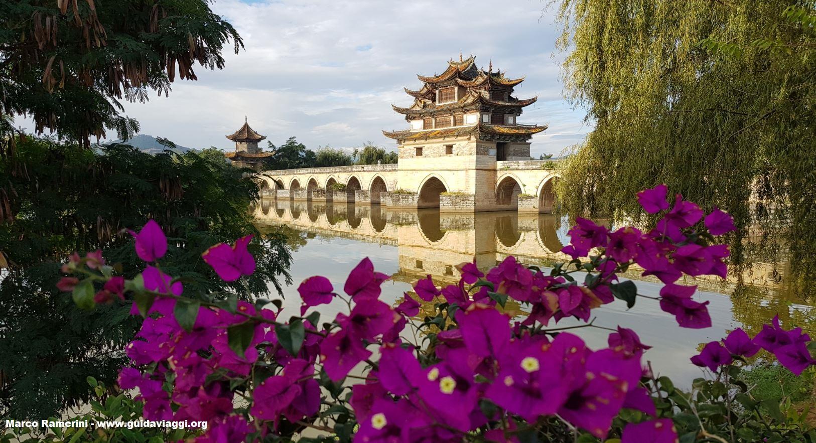 Puente de los dragones gemelos (Shuanglong Bridge), Jianshui, Yunnan, China. Autor y Copyright Marco Ramerini