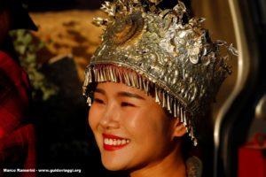 Chica con traje tradicional, Baisha, Lijiang, Yunnan, China. Autor y Copyright Marco Ramerini.
