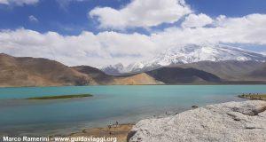 El Monte Muztagh Ata y Lago Karakul, Xinjiang, China. Autor y Copyright Marco Ramerini