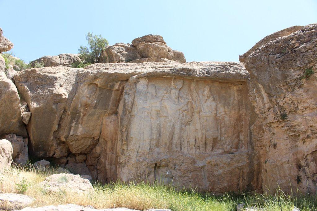 En el centro, bajorrelieve de la investidura de Ardashir I, a la izquierda, el bajorrelieve en el que está representado el busto de Kartir, Naqsh-e Rajab, Irán. Autor y Copyright Marco Ramerini