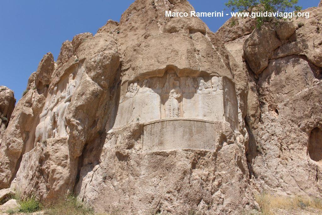 Bajorrelieve del rey Bahram II. Aquí también hay rastros del antiguo bajorrelieve elamita, Naqsh-e Rostam, Irán. Autor y Copyright Marco Ramerini