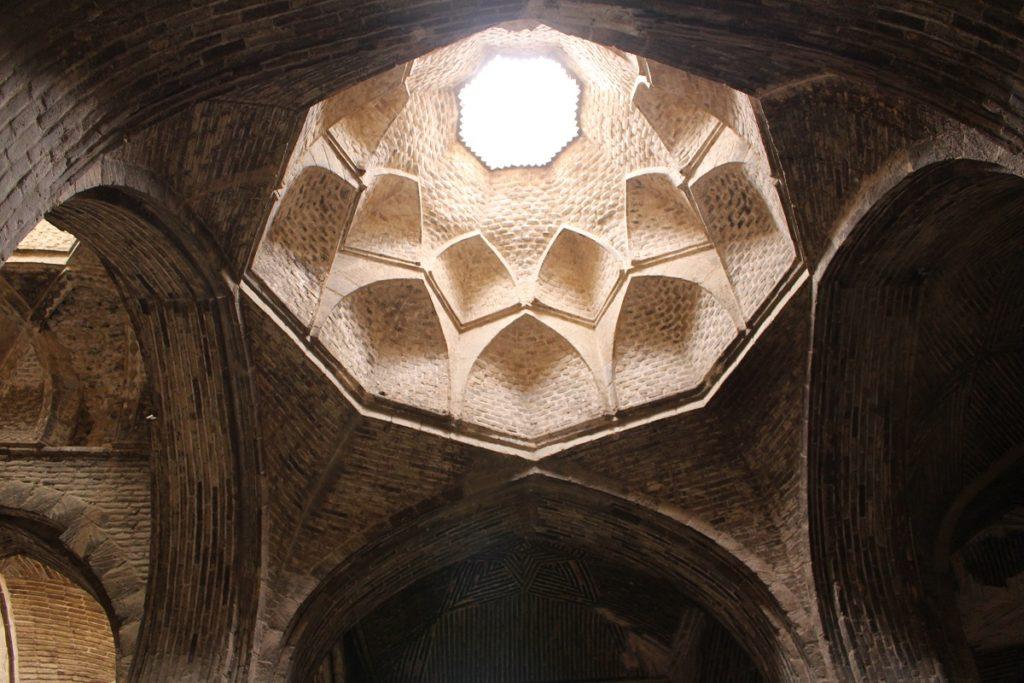 Cúpula, Mezquita del viernes (Mezquita Jāmeh), Isfahán, Irán. Autor y Copyright Marco Ramerini