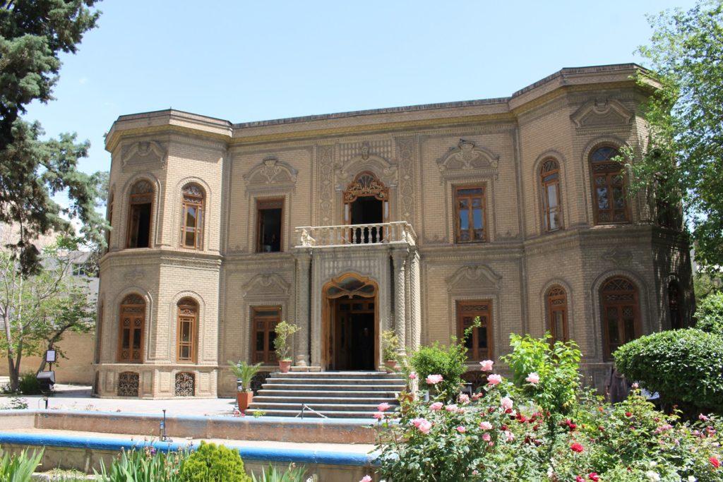La fachada del Museo de vidrio y cerámica, Teherán, Irán. Autor y Copyright Marco Ramerini