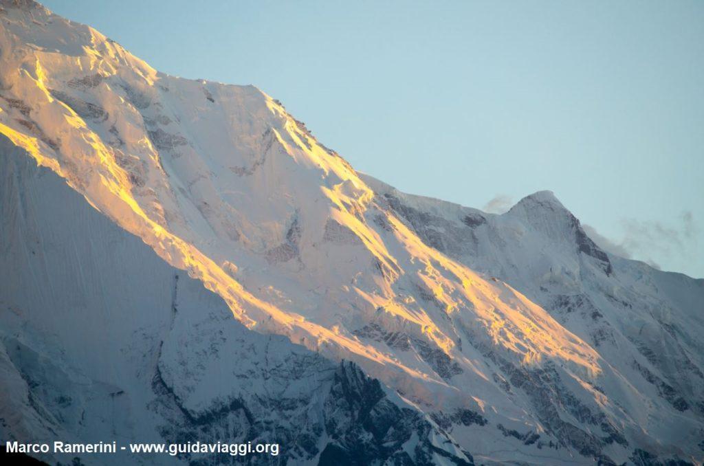 La pared del Monte Rakaposhi al atardecer, Karakorum, Pakistán. Autor y Copyright Marco Ramerini