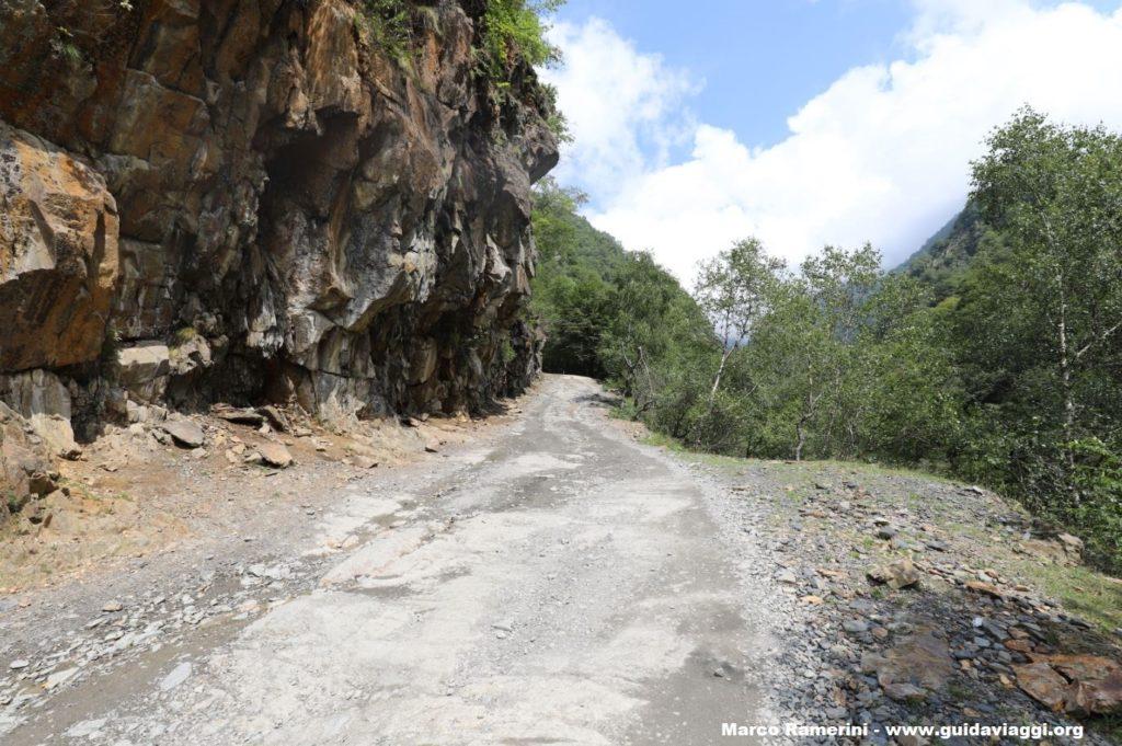El camino a Paso Abano, Georgia. Autor y Copyright Marco Ramerini