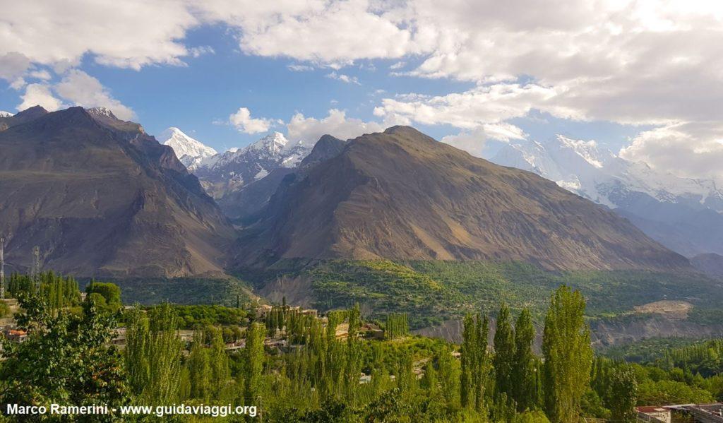 El valle de Hunza con Rakaposhi, Haramosh y Diran Peak. Pakistán. Autor y Copyright Marco Ramerini