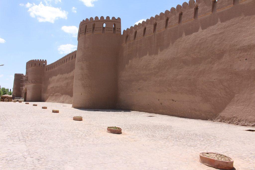 Las paredes exteriores de la ciudadela en Rayen, Irán. Autor y Copyright Marco Ramerini