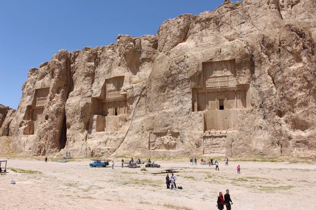 Las tumbas de Darío II, Artajerjes I y Darío I, Naqsh-e Rostam, Irán. Autor y Copyright Marco Ramerini ..