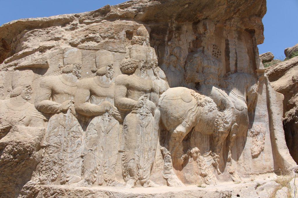 Shapur I a caballo, seguido por miembros de su familia y los más altos dignatarios del estado, Naqsh-e Rajab, Irán. Autor y Copyright Marco Ramerini