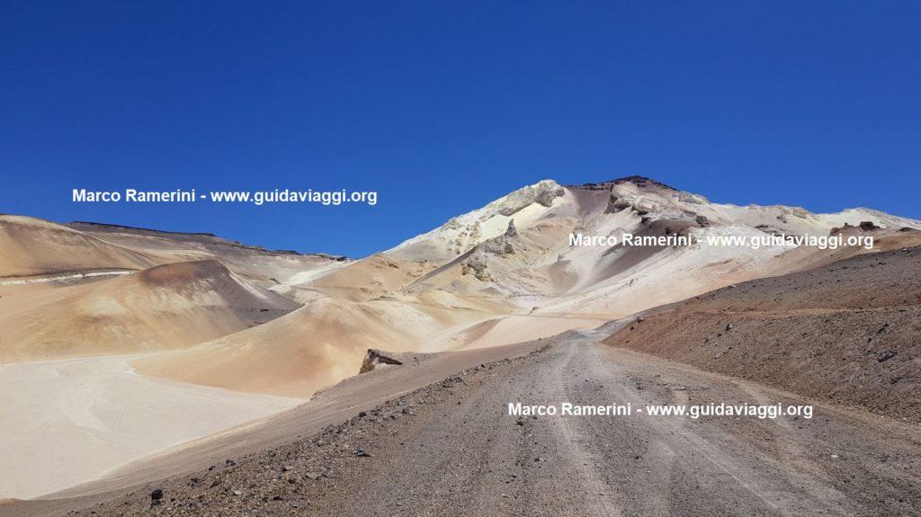 La montaña de azufre de Mina Julia, Argentina. Autor y Copyright Marco Ramerini