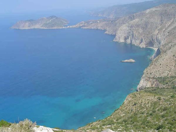 La costa norte de la playa de Mirthos hacia Assos, Cefalonia, Islas Jónicas, Grecia. Autor y Copyright Niccolò di Lalla.