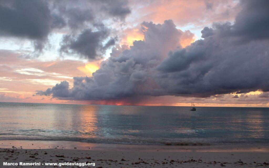 Espectacular puesta de sol, Cape Santa Maria Beach Resort, Long Island, Bahamas. Autor y Copyright Marco Ramerini