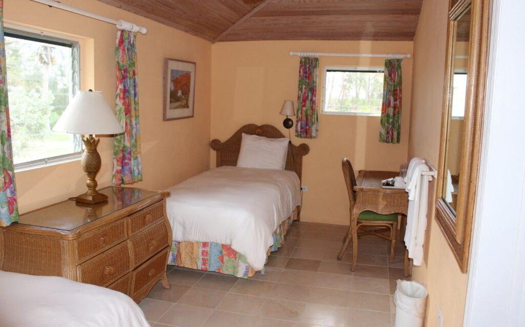 El interior de un Two-Bedroom Beachfront Bungalow, Cape Santa Maria Beach Resort, Long Island, Bahamas. Autor y Copyright Marco Ramerini.