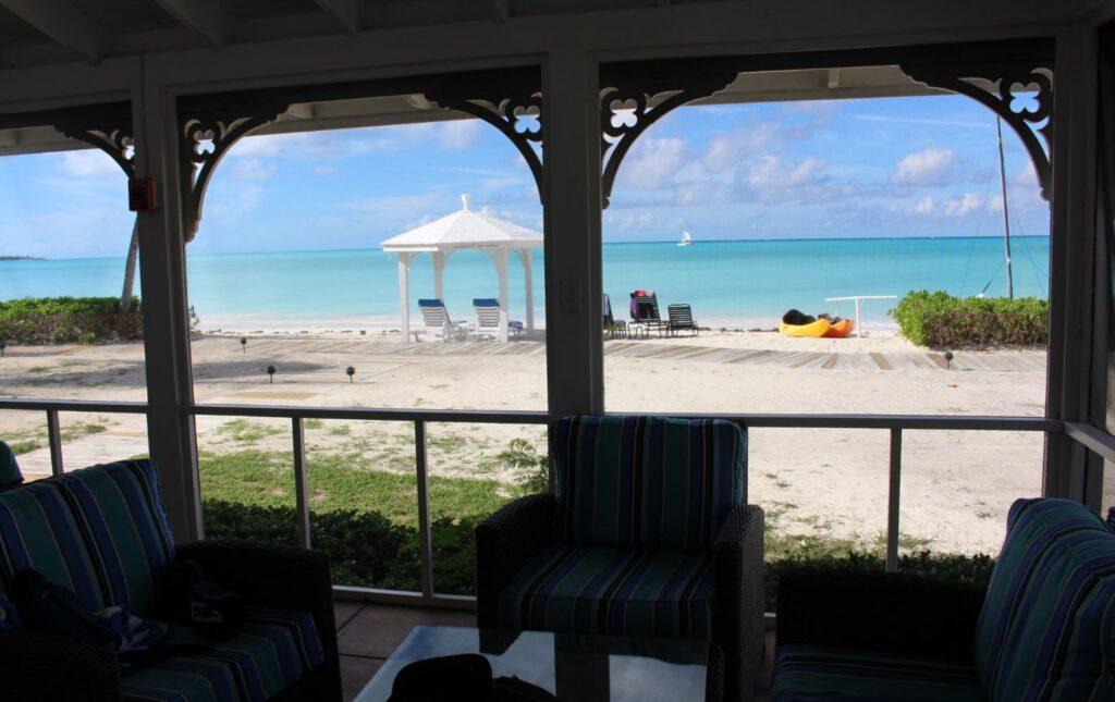 Vista desde la sala de estar de un Two-Bedroom Beachfront Bungalow, Cape Santa Maria Beach Resort, Long Island, Bahamas. Autor y Copyright Marco Ramerini.
