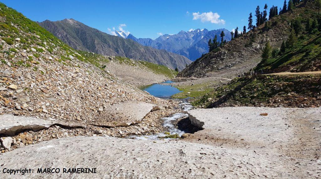 La carretera que conduce al lago Rama, Pakistán. Autor y Copyright Marco Ramerini